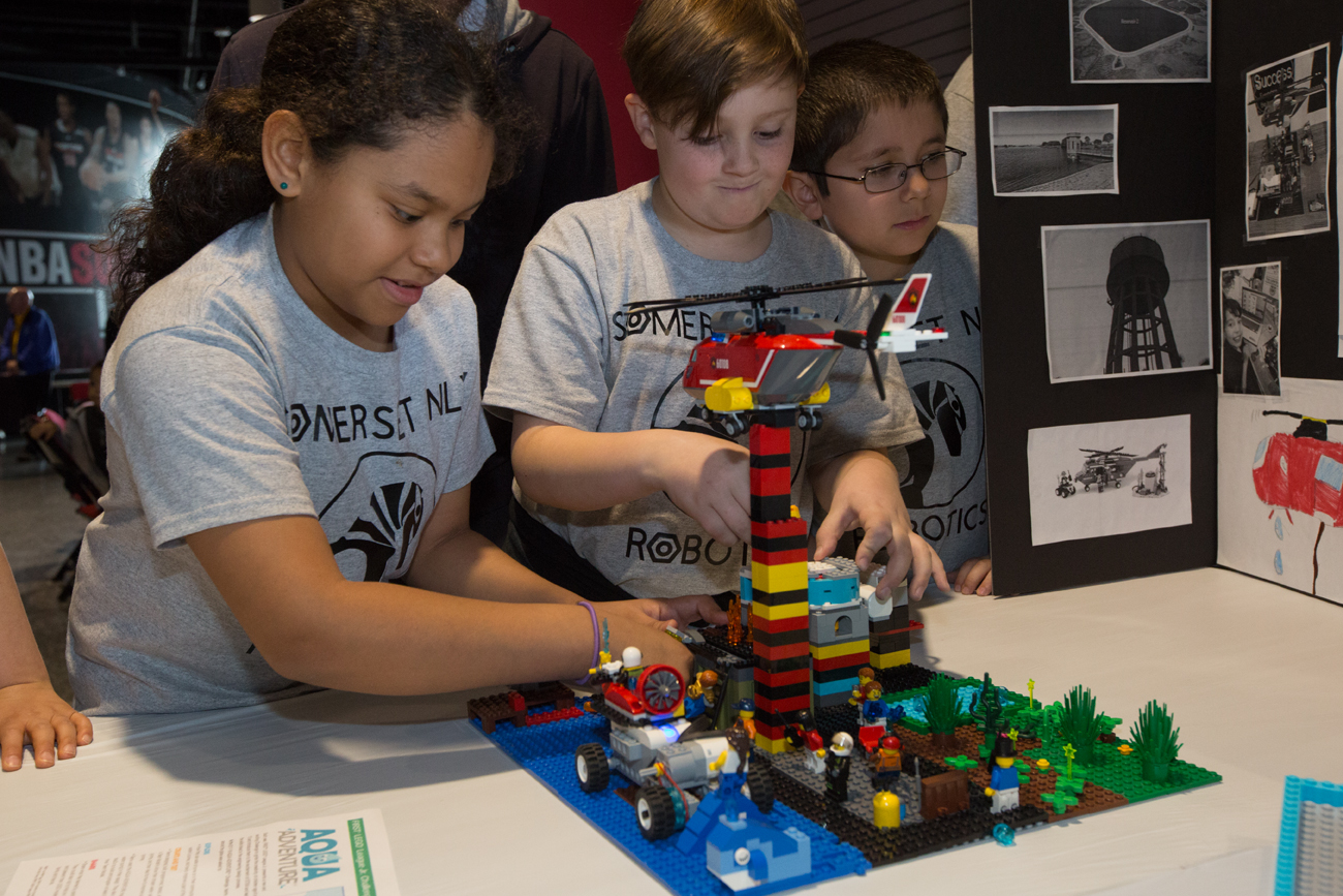 featured image showing kids building robots